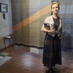 Tytti Peltoniemen käsitöissä kierrätetyt materiaalit ovat saaneet uuden elämän – Auvisen talon näyttelyn töiden tekeminen on ollut syövän sairastaneelle Peltoniemelle terapeuttista toimintaa