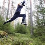 Hyppely metsässä huuhtoi huolet hetkeksi – Hirsilän koulun liikuntapäivässä pelattiin myös jalkapalloa ja solmittiin pelastusköydet